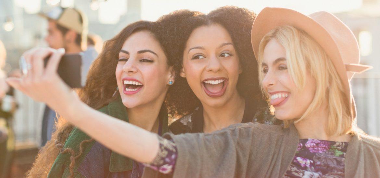 girls-taking-selfie