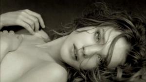 regard-coquin-femme-couchee-cheveux-en-bataille-apres-l-amour-noir-et-blanc-majmajest.com_